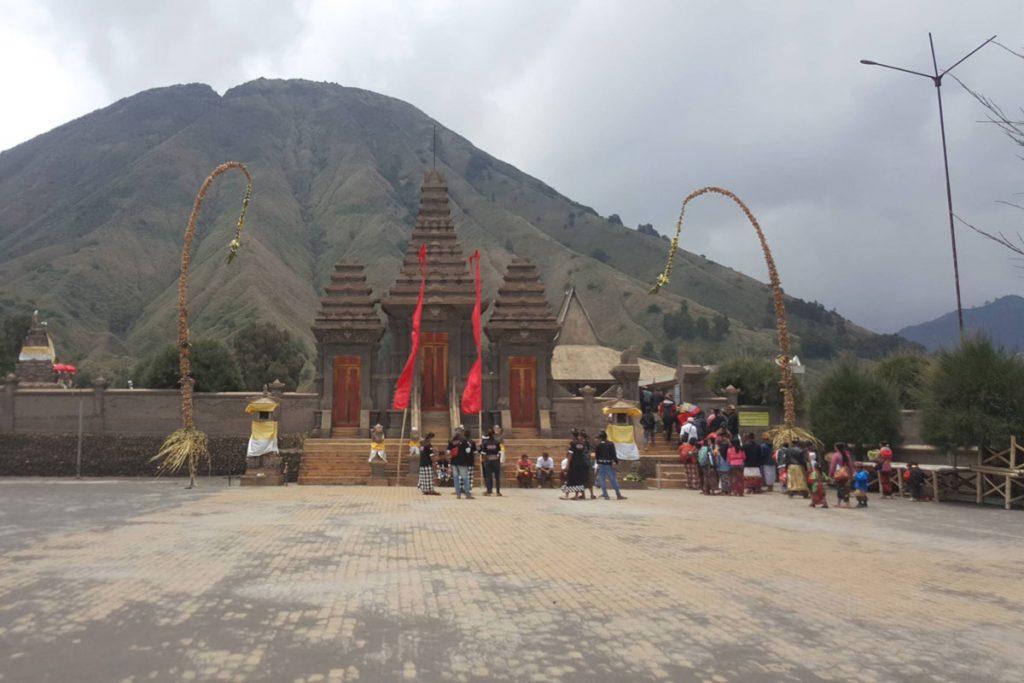 Wisata-Malang-Bromo-Pura-Luhur-Poten-Upacara-Kuningan